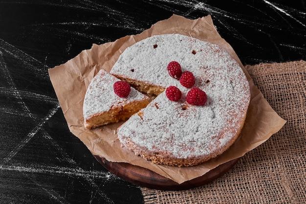 木製の大皿にベリーとレモンのパイ。