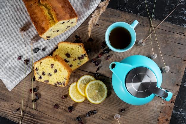 レーズンとレモンのパイ、ティーポットとお茶