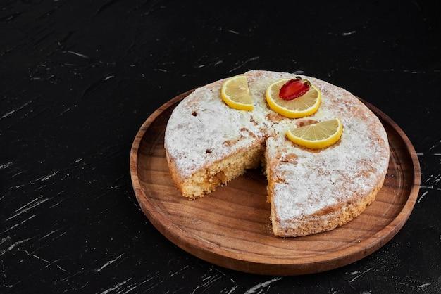 Torta al limone con zucchero in polvere in cima.