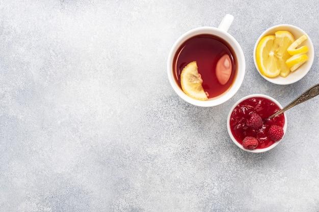 Лимонно-малиновое варенье горячий чай.