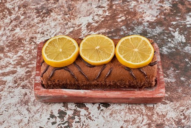 木の板にレモンロールケーキ。