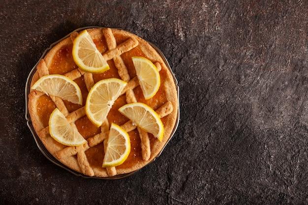コンクリートテーブルの上のレモンショートクラストパイ。上面図。