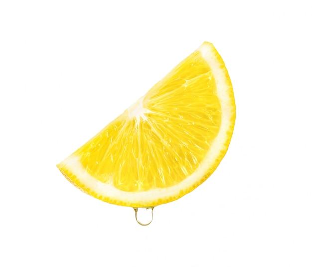 흰색 배경에 주스 떨어지는 레몬 슬라이스