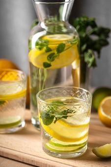 레몬 조각과 물에 나뭇잎
