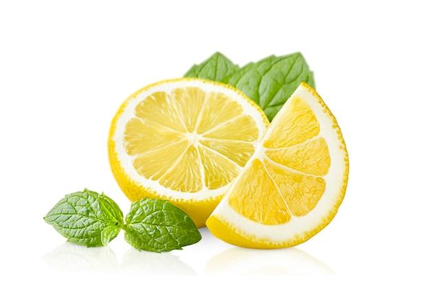 격리 된 흰색 배경에 레몬 조각과 민트 잎