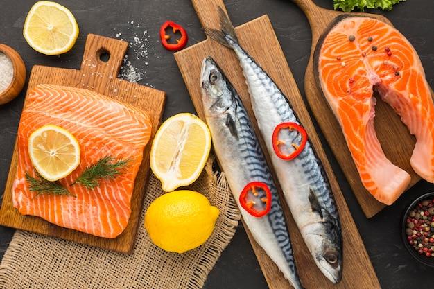 Ломтики лимона и лосось