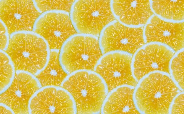 レモンスライスの背景。黄色い柑橘系の果物を切ります。