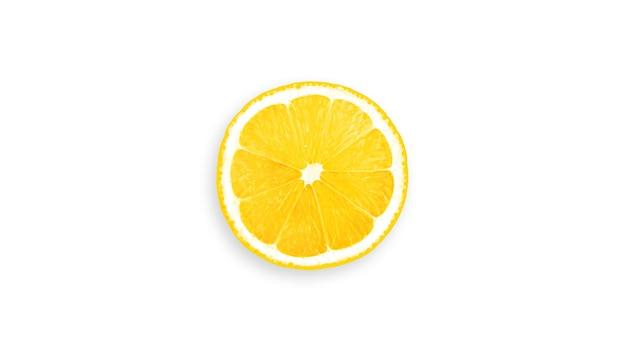 Ломтики лимона изолированы.
