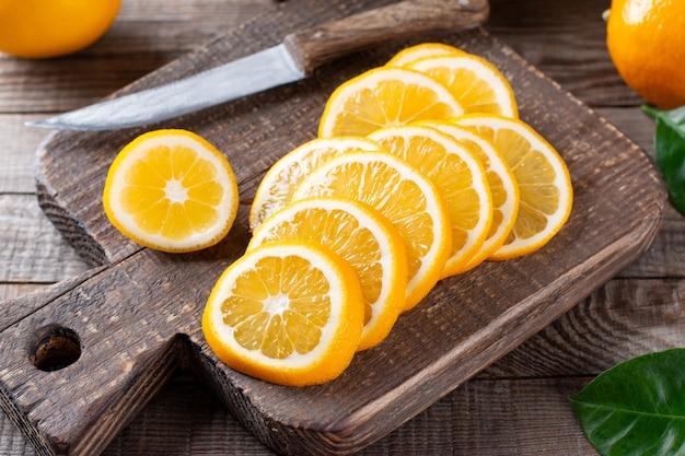 古い木製のテーブルの上のレモンスライス