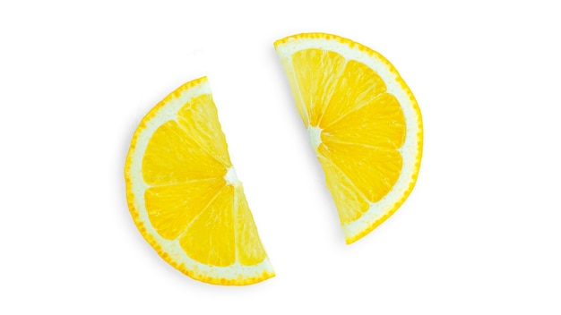 Ломтики лимона на белом фоне