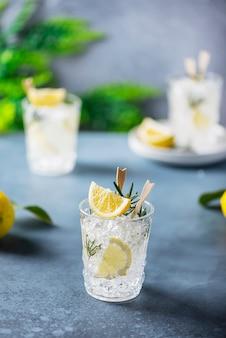 ローズマリーとレモンソーダのカクテル