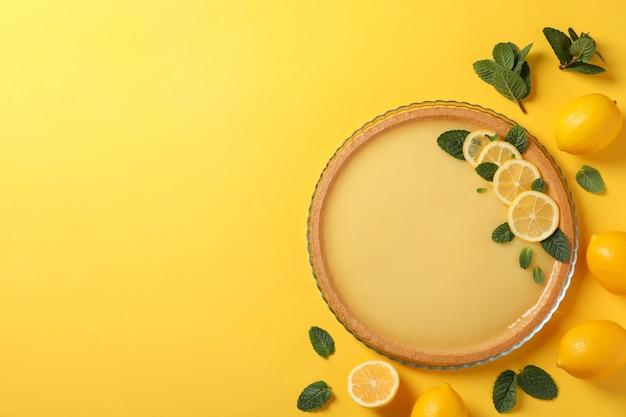레몬 타르트, 민트, 노란색 배경에 레몬, 평면도