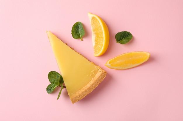 레몬 타트 슬라이스와 분홍색 배경에 레몬 슬라이스, 평면도
