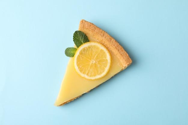 파란색 배경, 평면도에 레몬 타트 슬라이스