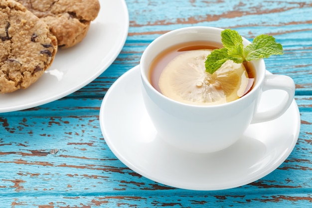 레몬 티 민트 신선한 음료 건포도 쿠키 여름 다과 정물