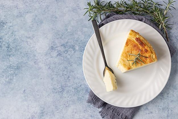 ローズマリー、ミント、レモンスライスのレモンバニラチーズケーキ。