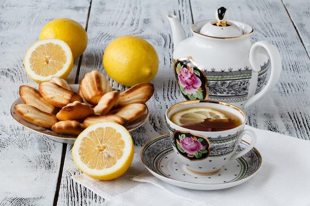 흰색 배경에 접시에 레몬 바닐라 마들렌