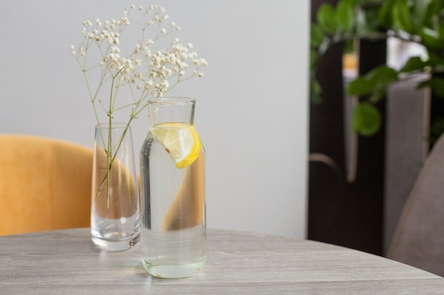 Лимонная вода в графине на столе
