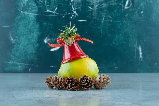 Limone con decorazioni natalizie su marmo.