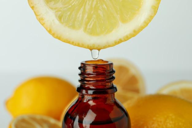 병 위에 주스 한 방울과 레몬을 닫습니다.