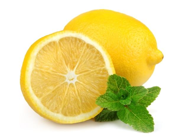 Лимон со свежей мятой крупным планом на белом