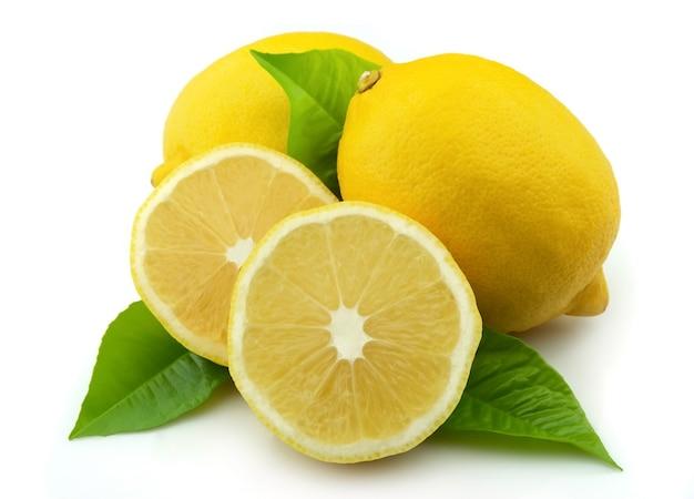 Лимон с листьями на белом фоне