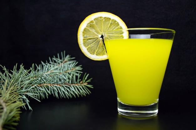 レモンのスライスとレモナド