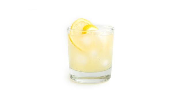 Лимонад и лед в стакане.