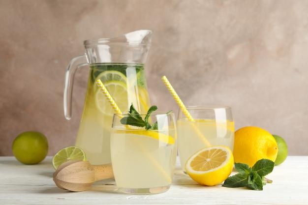 Лимонад и ингредиенты на деревянный стол. свежий напиток
