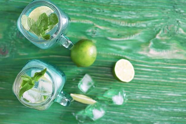 Лимонад из лайма и мяты в стеклянной банке на столе