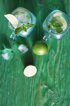 テーブルの上のガラスの瓶にライムとミントのレモネード