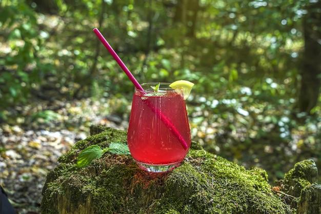 モスと木の上のストロベリー、ピンクのカクテルドリンクからのレモネード