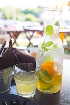 Лимонад в бутылке на столе вертикально