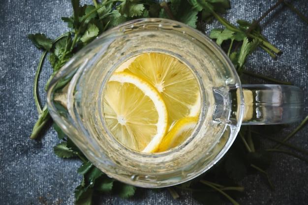 Лимонад в стеклянном графине