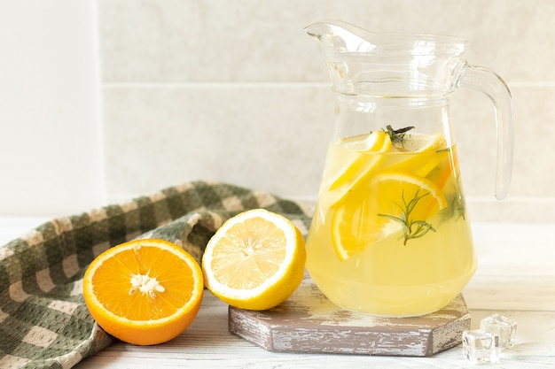 테이블에 레몬과 오렌지 레모네이드