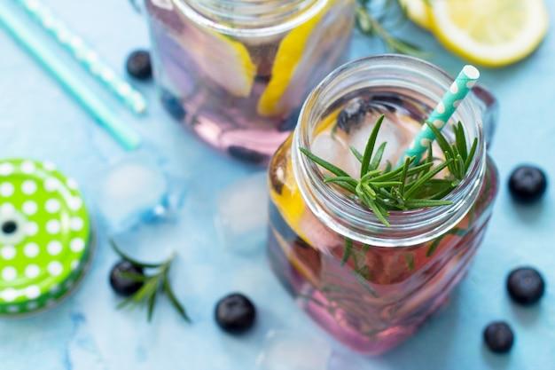 レモネードまたはブルーベリーとローズマリーのカクテル氷と冷たいさわやかな飲み物