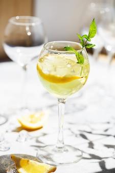 レモンとミントのレモネードまたはモヒートカクテル、冷たいさわやかなドリンクまたは氷入り飲料