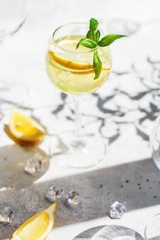 レモンとミントのレモネードまたはモヒートカクテル