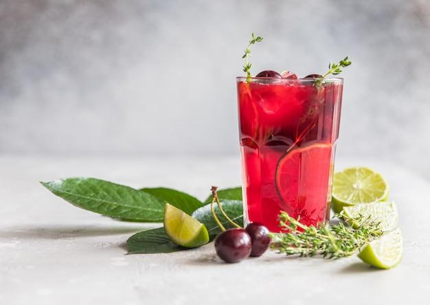 レモネードまたはチェリーとライムのノンアルコールカクテル夏のリフレッシュドリンク