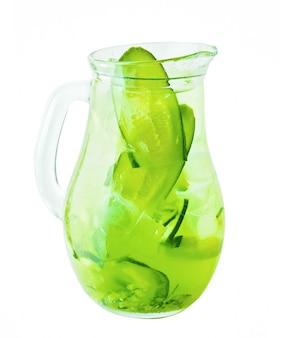 Кувшин лимонада. лимонадный напиток из огурцов со льдом и травами
