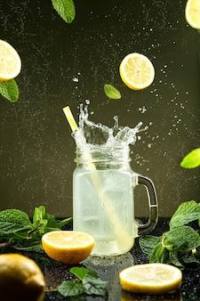 Лимонадный всплеск на темном фоне.