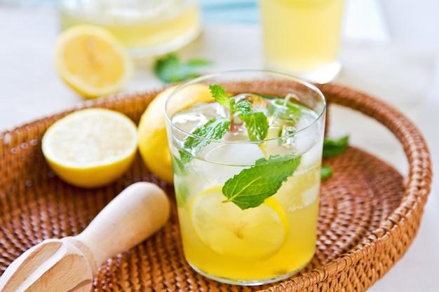 레몬 리머로 신선한 레몬과 민트를 곁들인 레모네이드