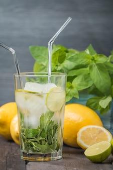 Лимонад со свежим лимоном и мятой