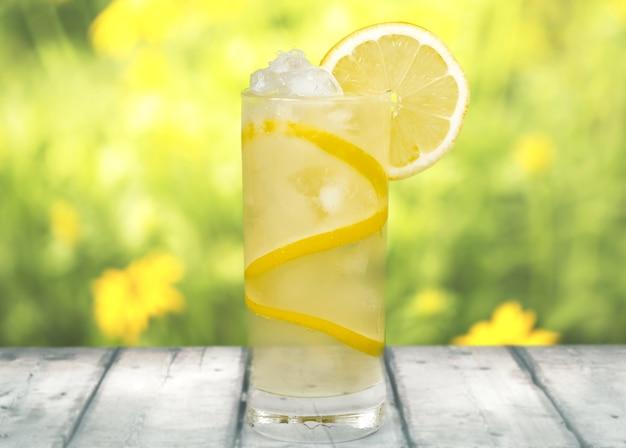 背景に新鮮なレモンとレモネード