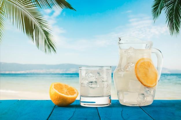 Лимонад со льдом под пальмами на тропическом пляже