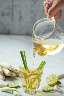 레몬 그라스 꿀과 레몬 주스 레몬 그라스 추출물의 식품 및 음료 제품 식품 영양 개념.