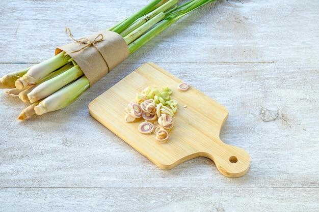 Тайские травы lemongrass используются для приготовления пищи и лечения.