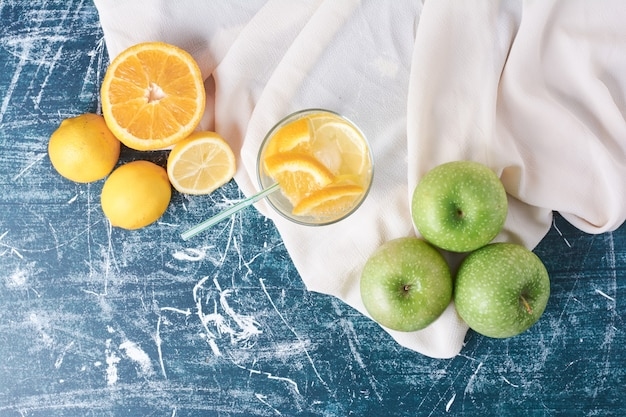 블루에 음료 한잔과 함께 lemonnd 사과.