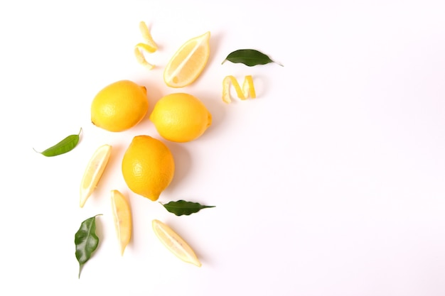 色付きの背景にレモンと緑の葉