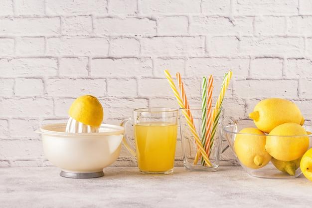 Лимон и соковыжималка для приготовления лимонного сока.